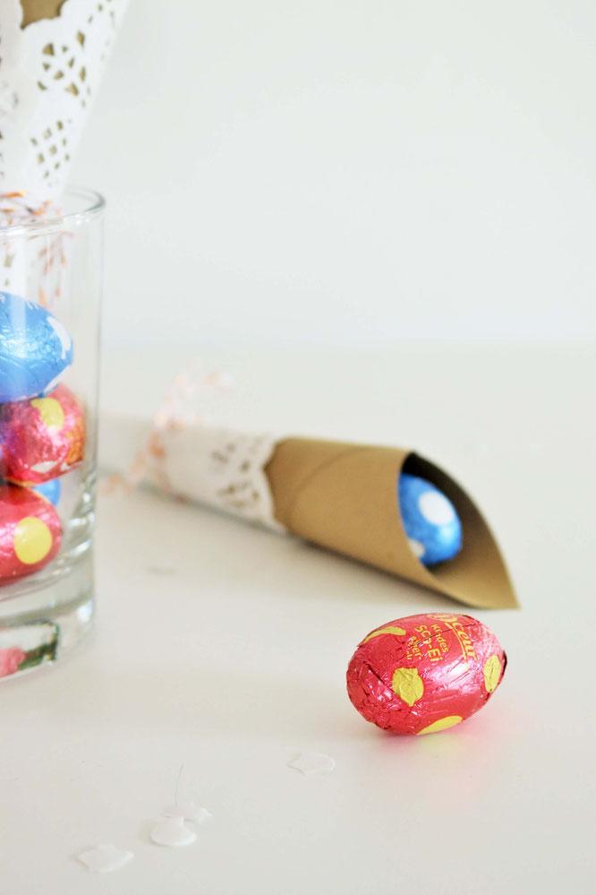 Bild: Geschenkverpackung als Ostertüte einfach selber machen - Mit dieser Anleitung schöne Verpackungen aus Papier und Tortenspitze für Ostern basteln; gefunden auf www.partystories.de