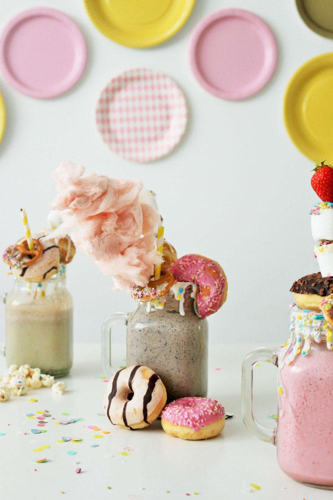 Bild: Milkshake Rezept als Funfetti-Streusel-Freakshake mit Früchten wie Erdbeeren, Banane oder Heidelbeeren ganz einfach die Party, den Geburtstag, die Einschulung und jeden Anlass zum feiern mixen! // gefunden auf dem Kreativblog Partystories.de