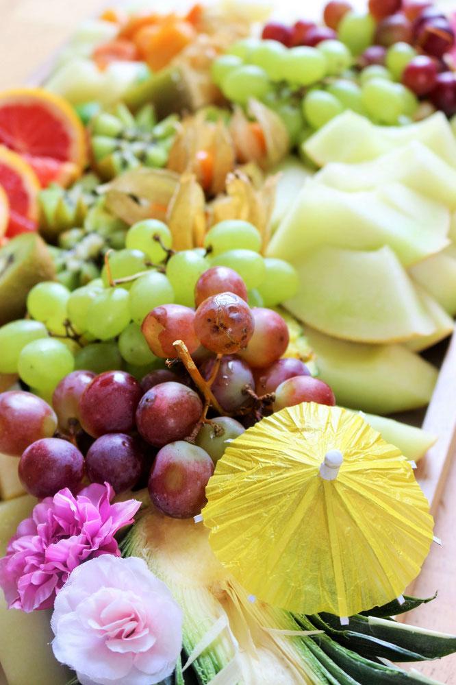 Bild: Ideen für eine Tropical Sommer Party - So einfach eine schöne tropische Party mit DIY Deko, Essen und Getränken für jeden Anlass umsetzen und feiern // Obstplatte als tropische Partyfood und Party Snack Idee // www.partystories.de
