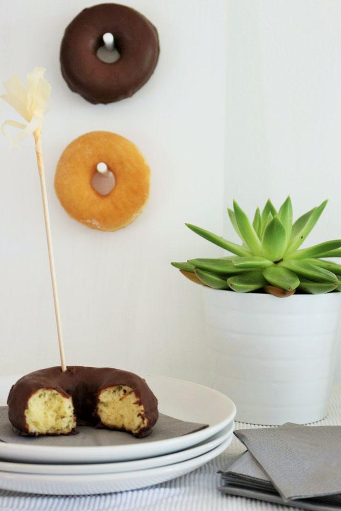 Bild: DIY Donut Wand - Mit dieser einfachen Schritt-für-Schritt Anleitung eine angesagte Donut und Wand für die Party oder Hochzeit selber machen: gefunden auf www.partystories.de