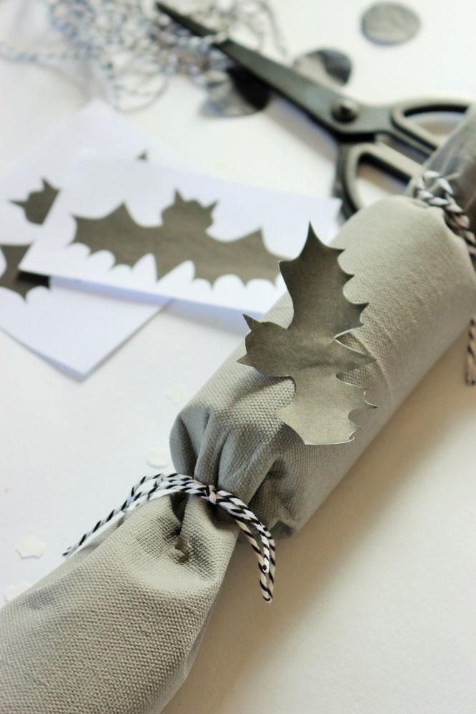Bild: Eine schnelle last-minute Idee, um Halloween Süßigkeiten zu verpacken - als Knallbonbons mit Toilettenpapier-Rollen Upcycling und Servietten, inkl. Fledermaus Bastelvorlage; noch mehr DIY Ideen für Halloween gibt's auf www.partystories.de