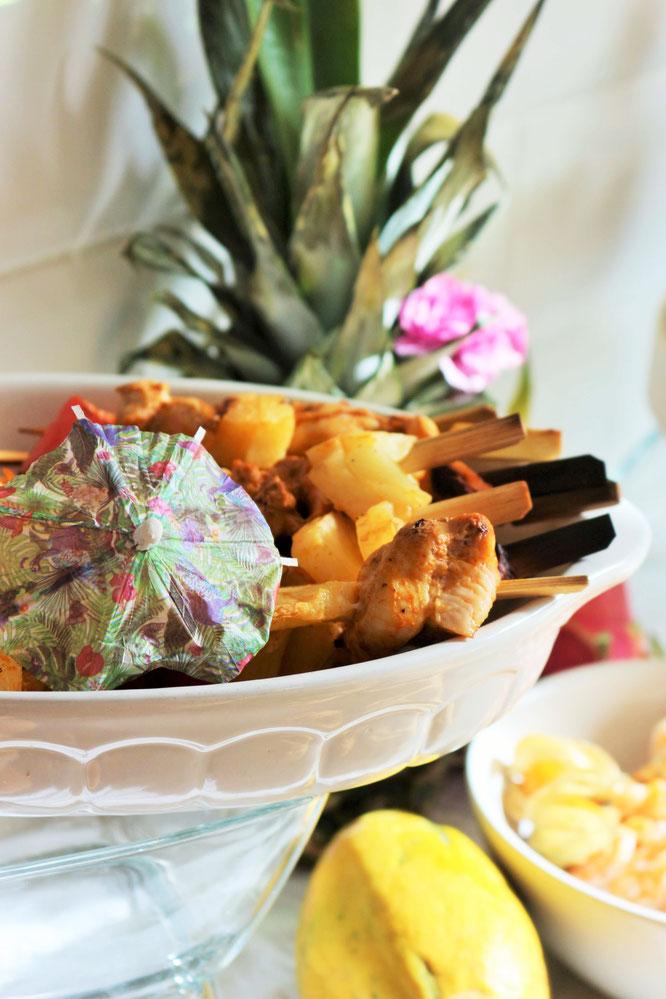 Bild: Ideen für eine Tropical Sommer Party - So einfach eine schöne tropische Party mit DIY Deko, Essen und Getränken für jeden Anlass umsetzen und feiern // Grill-Spieße als tropische Partyfood und Party Snacks Idee // www.partystories.de