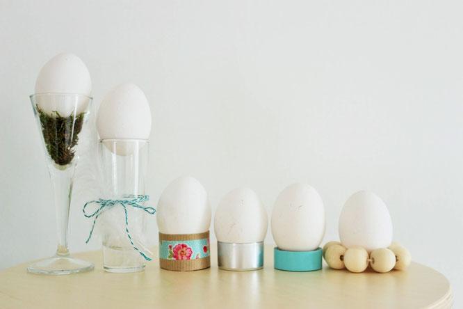 Bild: Du brauchst last-minute noch ganz schnell ein paar DIY Eierbecher als Tischdeko oder für deine Gäste? Mit diesen Eierbecher Hacks und Alternativen kein Problem, denn so einfach kannst Du Eierbecher selber basteln; gefunden auf www.partystories.de