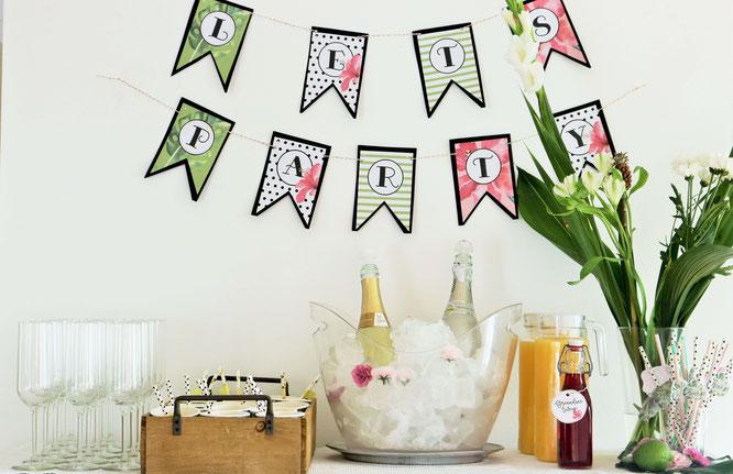 Bild: Ideen für eine Tropical Sommer Party - So einfach eine schöne tropische Party mit DIY Deko, Essen und Getränken für jeden Anlass umsetzen und feiern // Getränkebar und Pimp-your-Prosecco Station // www.partystories.de