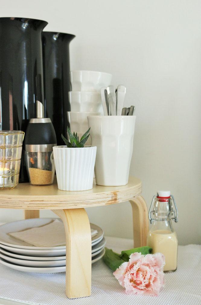Bild: DIY Kuchen Etagere - mit diesem IKEA FROSTA Hocker Hack eine schöne Kuchen Etagere für die Party oder Hochzeit selber machen; Anleitung von www.partystories.de in Kooperation mit Wohnklamotte