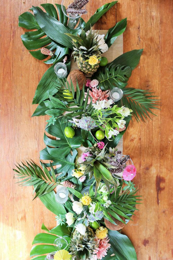 Bild: Ideen für eine Tropical Sommer Party - So einfach eine schöne tropische Party mit DIY Deko, Essen und Getränken für jeden Anlass umsetzen und feiern // tropische DIY Tischdeko als Tischläufer einfach kombinieren // www.partystories.de