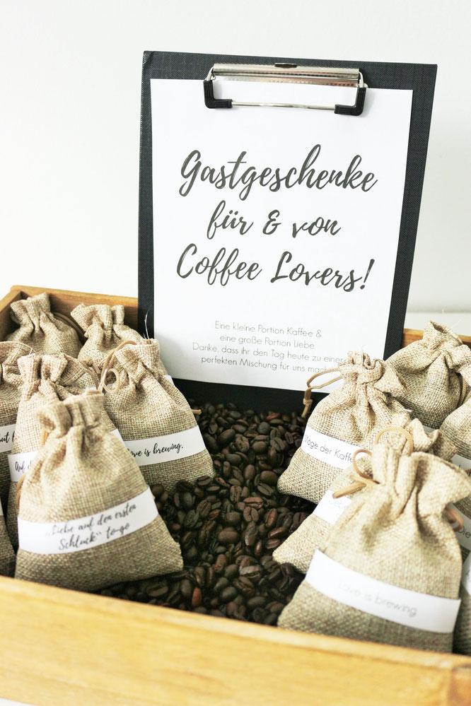 Bild: Mit dieser Idee Kaffee und Kaffeebohnen verschenken – perfekt als Gastgeschenk für die Hochzeit, eine Party, die Kommunion, Konfirmation, Taufe // DIY Geschenk Idee von Partystories.de // #Kaffee #alwayscoffeelover #Kaffeeverschenken #Gastgeschenk