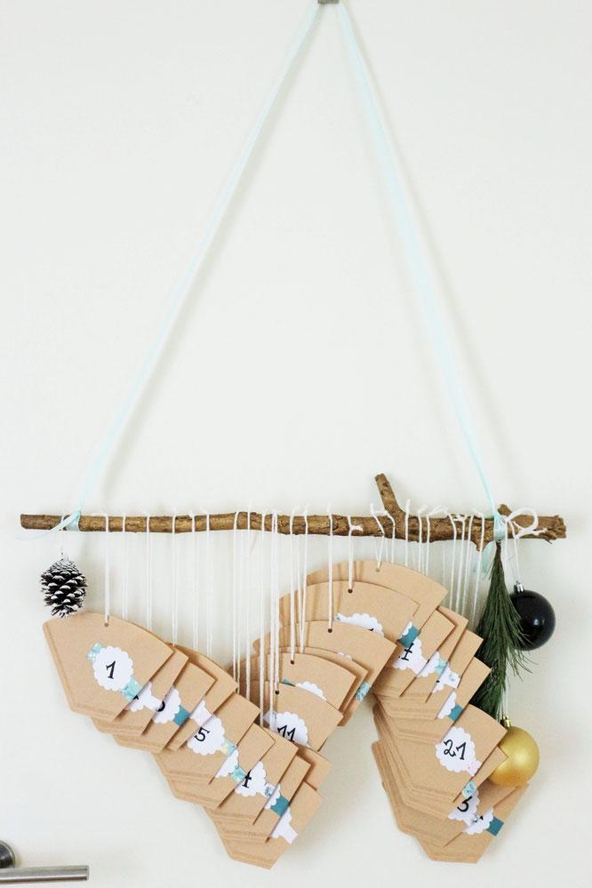 Bild: DIY Upcycling Adventskalender mit Kaffeefilter  zum Aufhängen selber machen - Ideen und Schritt-für-Schritt Anleitung von Partystories.de // #Advent #Adventskalender #DIYadventskalender #Upcycling