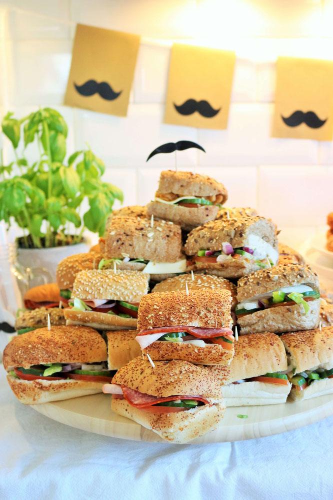 Bild: Mit diesen Ideen eine Schnurrbart-/Moustache Mottoparty zum Geburtstag für den Mann und Erwachsene feiern – Subway Sandwiches Platte als Partyfood und Snacks für die Party // #Moustacheparty #Mottoparty #Geburtstag