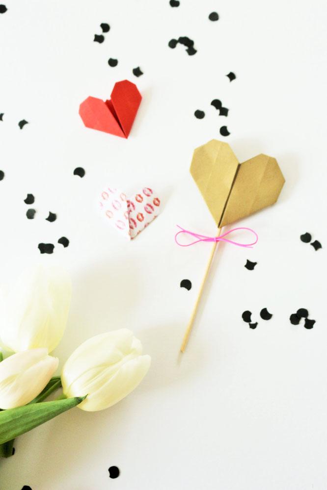 Bild: DIY Origami Herzen zum Valentinstag oder die Hochzeit selber basteln, einfache Origami Herzen mit dieser Anleitung falten,  inklusive Bastelvorlage für Origami Herzen; gefunden auf www.Partystories.de