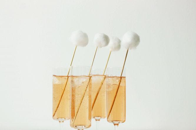 Bild: DIY Topper als Cocktailstäbchen oder für Kuchen und Food mit Hasenpuschel aus Watte als Dekoration für Ostern basteln // Anleitung von partystories.de // #Ostern #Osterparty #Osternfeiern #Osterbrunch #diydeko #partystyling