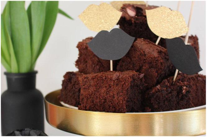 Bild: einfaches Rezept für saftige Brownies mit Marshmallows, süße Partyfood- und Partysnack Idee, gefunden auf www.partystories.de