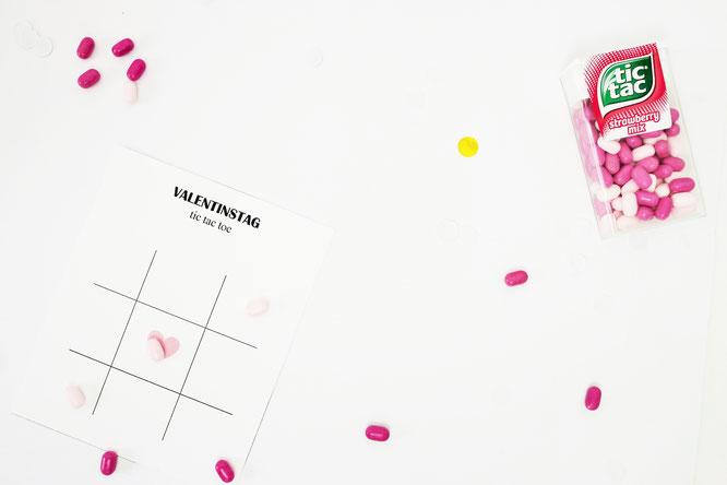 Bild: DIY Geschenk zum Valentinstag für Sie und ihn: tic-tac-toe Spiel mit Süßigkeiten verschenken, inkl. kostenloser Bastelvorlage auf Partystories.de // #valentinstag #galentinesday #diygeschenk #selberbasteln #partystories