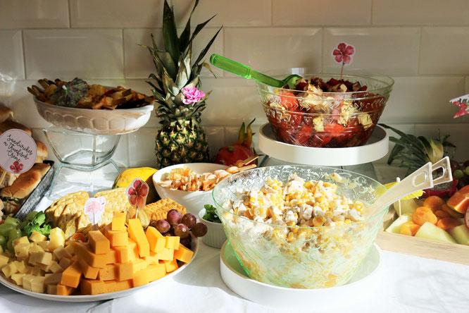 Bild: Ideen für eine Tropical Sommer Party - So einfach eine schöne tropische Party mit DIY Deko, Essen und Getränken für jeden Anlass umsetzen und feiern // fruchtige Salate als tropische Partyfood und Party Snacks Idee // www.partystories.de