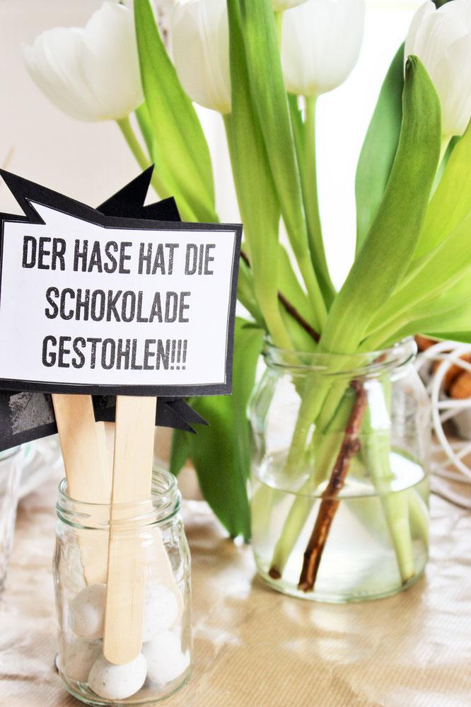 Bild: Ideen für DIY Osterdeko, lustige Ostersprüche als Schild, Tischdeko, Freebie zum nachmachen inklusive, gefunden auf Partystories.de