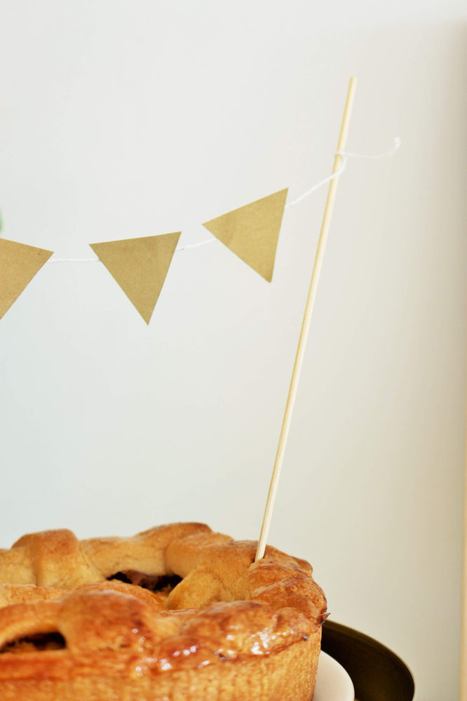 Bild: DIY Girlande als Wimpelkette: so einfach und schnell kannst Du eine schöne Girlande in Wimpelform als Deko aus Papier für die Party, den Geburtstag oder die Hochzeit selber machen; mit Freebie Bastelvorlage und Anleitung auf www.partystories.de