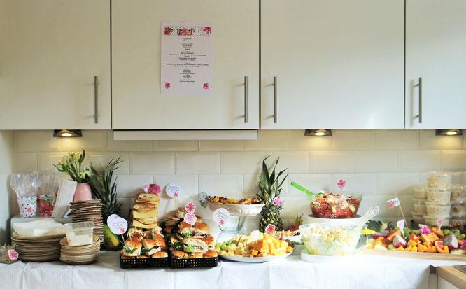 Bild: Ideen für eine Tropical Sommer Party - So einfach eine schöne tropische Party mit DIY Deko, Essen und Getränken für jeden Anlass umsetzen und feiern // tropische Partyfood und Party Snacks Ideen // www.partystories.de