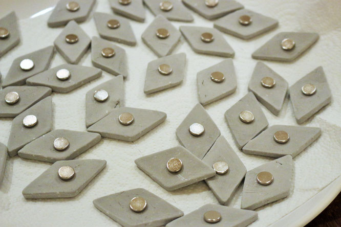 Bild: DIY Idee mit Beton, mit dieser Anleitung Magnete aus Knetbeton einfach selber machen, gefunden auf www.partystories.de