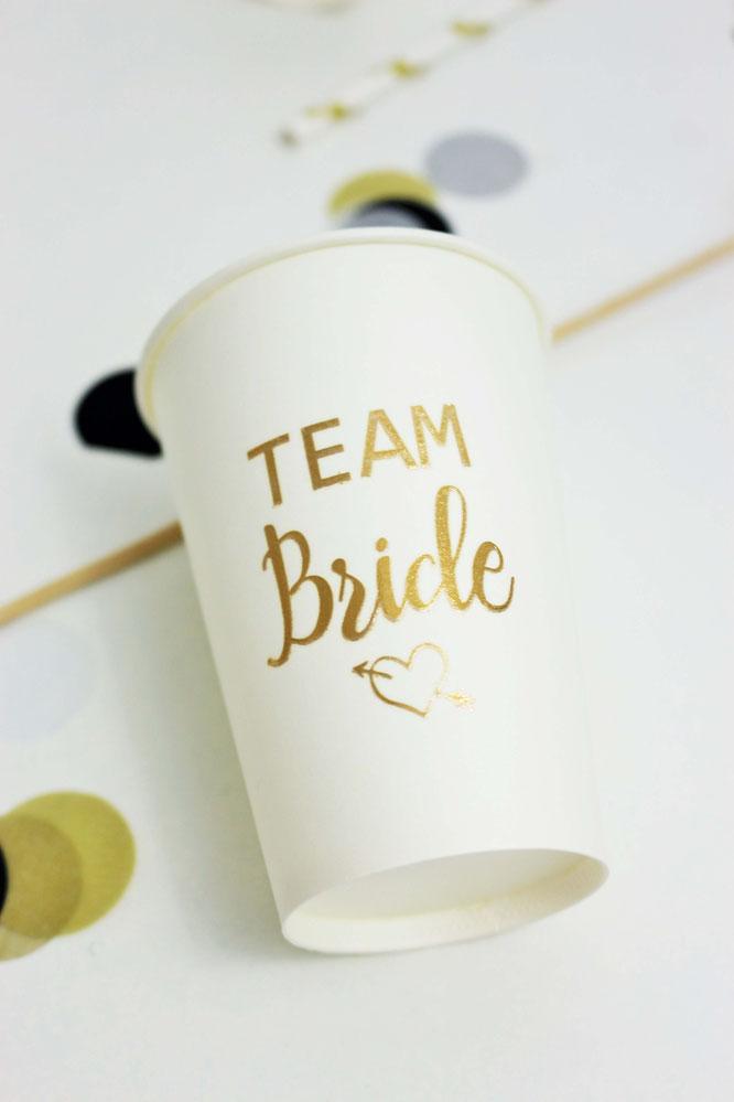 """Bild: DIY Deko Idee für den JGA und die Brautparty - so einfach Gläser und Becher mit temporären Tattoos wie """"Team Bride"""" individuell gestalten // gefunden auf www.partystories.de // #teambraut #teambride #jga #Brautparty #bridalparty #diydeko"""