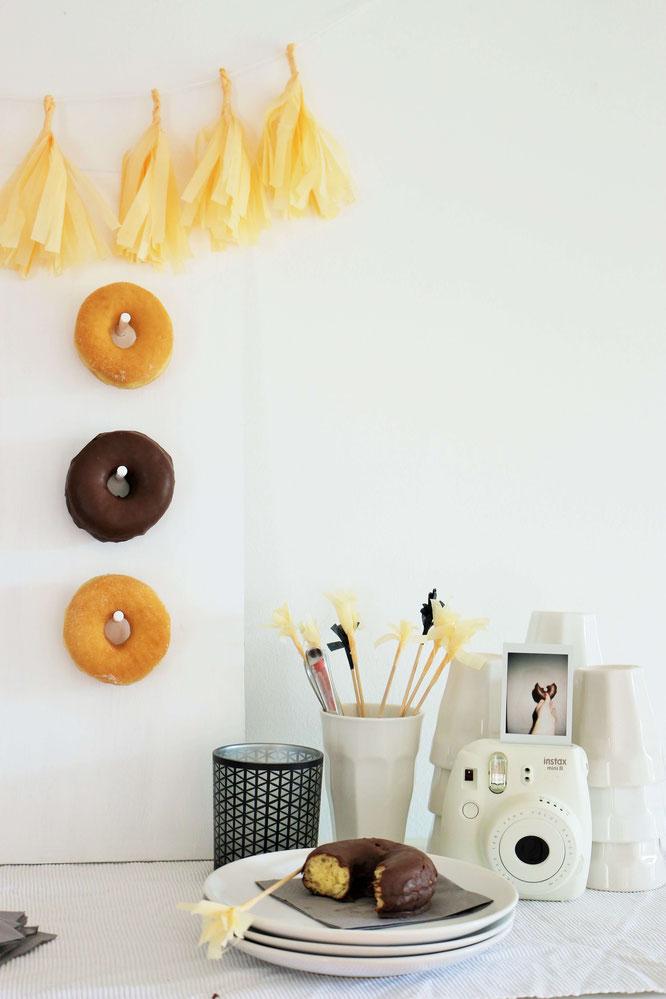 Bild: DIY Donut/Bagel Wall, mit dieser Schritt-für-Schritt Anleitung Mit dieser Schritt-für-Schritt Anleitung machst Du eine eigene Donut/Bagel Wand für die Hochzeit oder jede andere Party als Deko, von www.partystories.de!