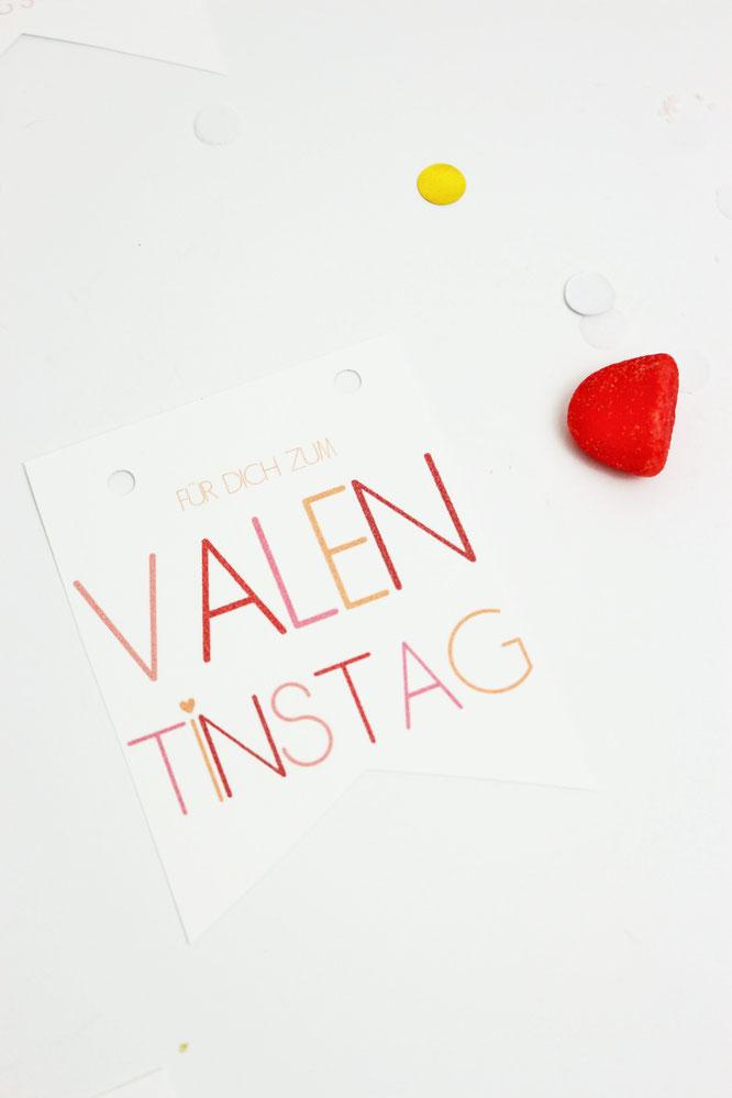 Bild: DIY Geschenkanhaenger Valentinstag – mit dieser kostenlosen Bastelvorlage schöne Geschenkanhänger zum Valentinstag für sie und ihn und dem Galentinesday ausdrucken // gefunden auf partystories.de // #Valentinstag #DIYgeschenk #selberbasteln