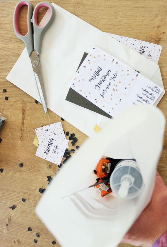 Bild: ein schnelles DIY Geschenk für die Silvesterparty: Silvester to-go - mit Glückskeksen, Wunderkerzen, Konfetti und Mitternachtsküsschen, gefunden auf Partystories.de