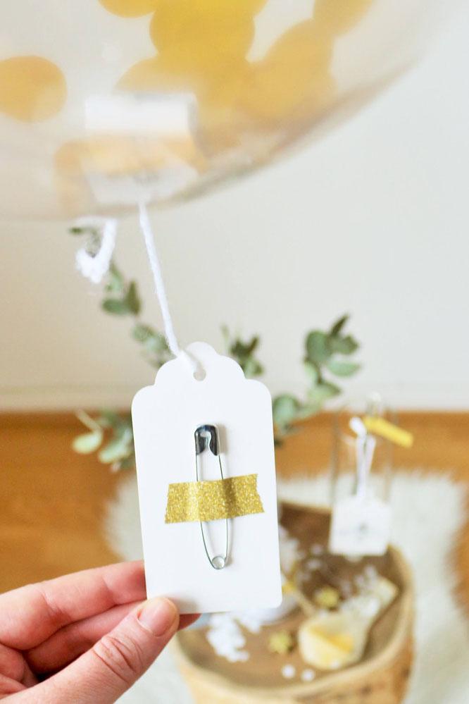 Bild: Botschaften im Konfetti-Luftballon verstecken, um Schwangerschaft zu verkünden, die Trauzeugin/Brautjungfern zu fragen, für Einladungen uvm. - einfach Freebie Botschaften ausdrucken und im Luftballon verstecken; gefunden auf www.partystories.de