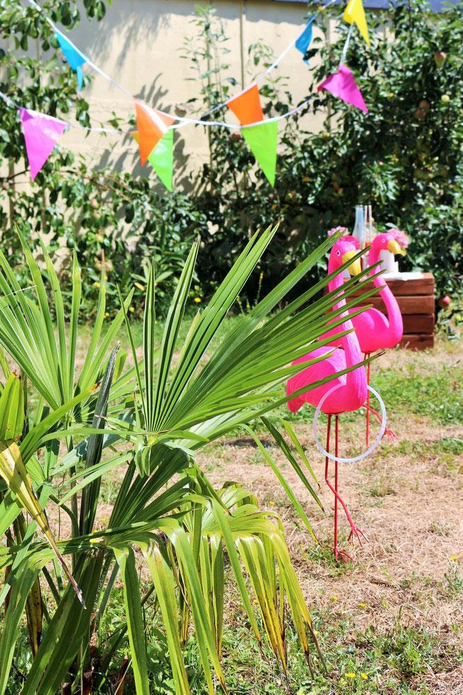 Bild: Ideen für eine Tropical Sommer Party - So einfach eine schöne tropische Party mit DIY Deko, Essen und Getränken für jeden Anlass umsetzen und feiern // Spiele Idee Flamingo Ringe werfen // www.partystories.de