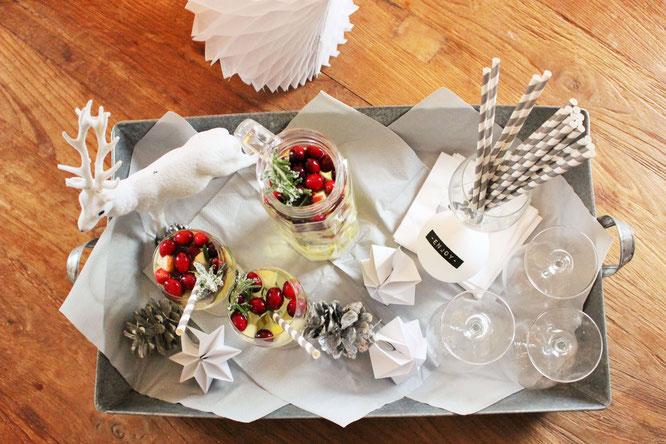 Bild: eine fruchtige Sangria im Winter? Mit diesem Rezept ganz einfach eine leckere Winter Sangria mit Weisswein, Cranberries und Äpfeln mixen, perfekt für den Advent und Weihnachten! // gefunden auf www.partystories.de // #Rezept #Bowle #Sangria #Advent