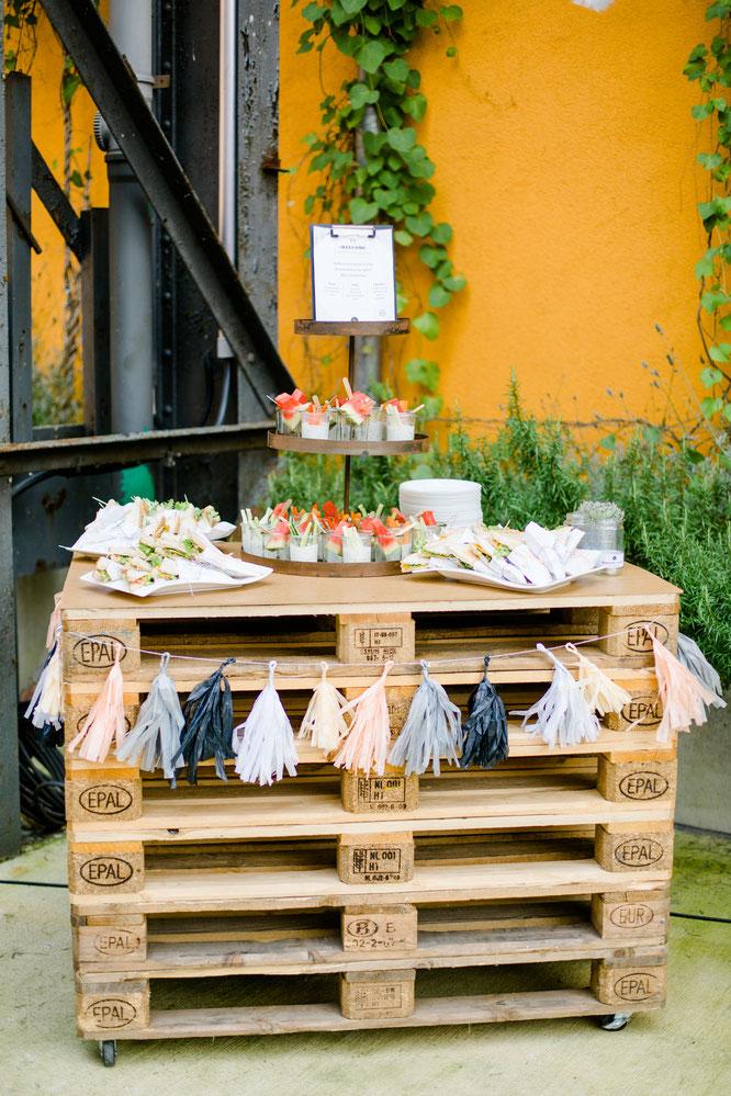 Bild: Finde Ideen und Inspirationen für eine urbane Industriehochzeit - ich zeige dir meine Sommerhochzeit in Düsseldorf mit freier Trauung, Foodtruck und vielen DIY Ideen! gefunden auf www.Partystories.de, Fotos von Jana Köhler Fotografie
