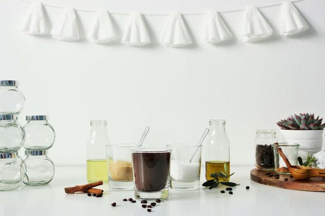 Bild: DIY Kaffee Peeling - Mit dieser Anleitung Kaffee Peeling aus Olivenöl oder Kokos-Öl, Meersalz oder Zucker als Geschenk Idee einfach selber machen und verschenken / von Partystories.de / #diyGeschenk #Kaffee #Hochzeit #Kaffeepeeling