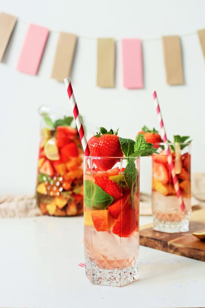 Bild: Sommer Sangria Rezept mal anders mit Roséwein, Erdbeeren, Aprikosen – auch als Bowle, für eine Party, den Geburtstag, den JGA, die Grillparty uvm. // So einfach eine leckere und fruchtige Sangria mit Erdbeeren mixen. // von Partystories.de