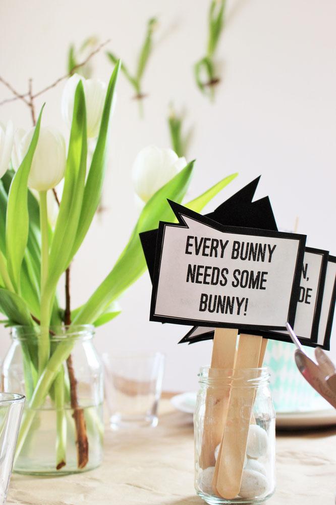 Bild: DIY Deko für Ostern ganz schnell selber machen - mit Tulpen Dekoration als Backdrop und DIY Photoprops als Freebie von Partystories.de