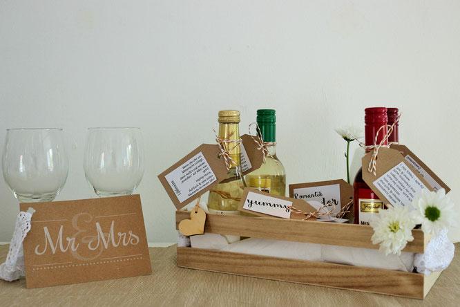 Bild: DIY Hochzeitsgeschenk - Wein schön verschenken, mit Freebie für Geschenkanhänger und Glückwunschkarte zum ausdrucken, gefunden auf Partystories.de