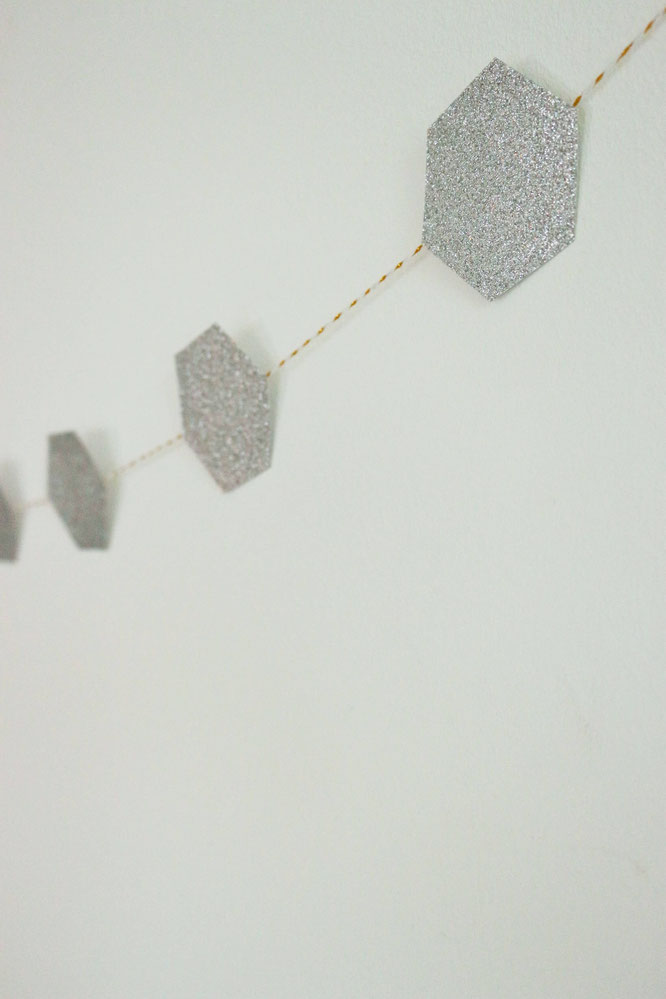 Bild: DIY Partydeko und Hochzeitsdeko Ideen wie Girlanden, Kuchentopper, Konfetti oder Namensschilder kannst Du ganz leicht und schnell mit einem Stanzer selber machen; Diese und noch mehr Partyideen gibt's auf www.partystories.de