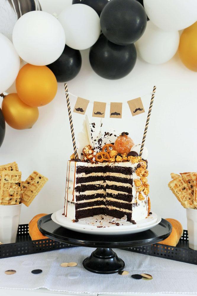 Bild: Mit diesen Ideen eine Schnurrbart-/Moustache Mottoparty zum Geburtstag für den Mann und Erwachsene feiern – Freak-Cake, Waffeln am Stiel, Donuts, Brownies und Muffins für den Sweettable // Partystories.de // #Moustacheparty #Mottoparty #Geburtstag