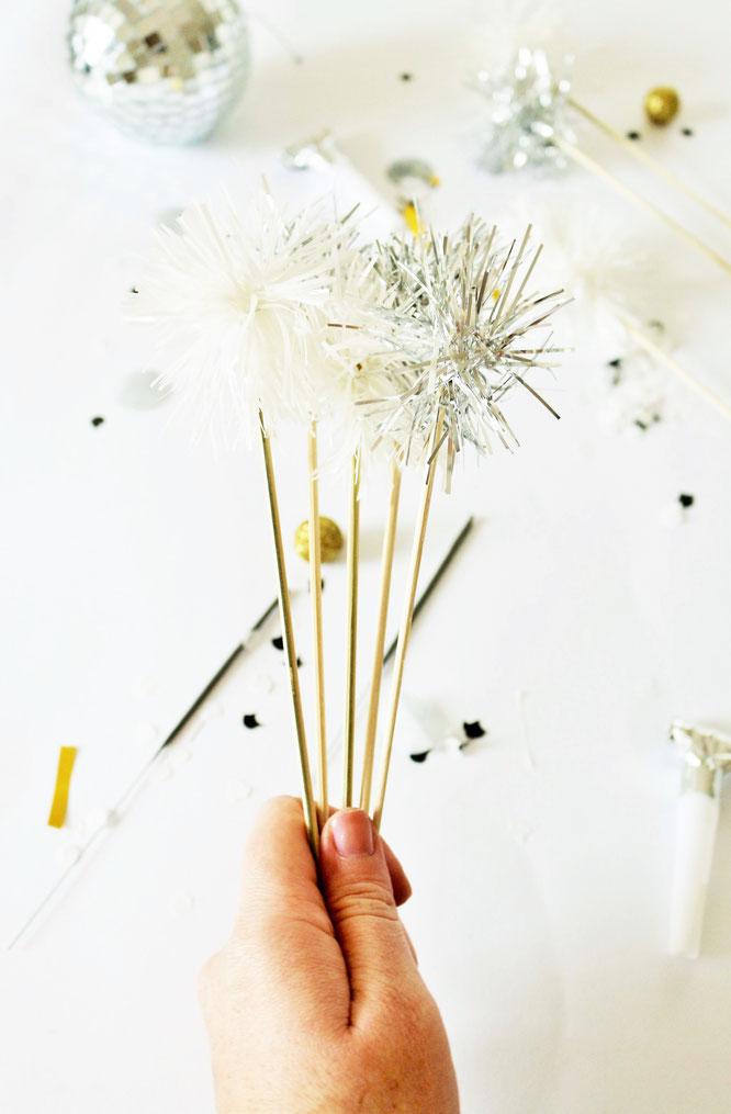 Bild: DIY Silvester Deko Idee mit Lametta: Mit dieser Anleitung kreative Topper für Food und Kuchen oder Cocktailstäbchen aus Lametta selber machen // gefunden auf www.partystories.de // #silvester #diydeko #lametta #caketopper #drinkstirrer #cocktails