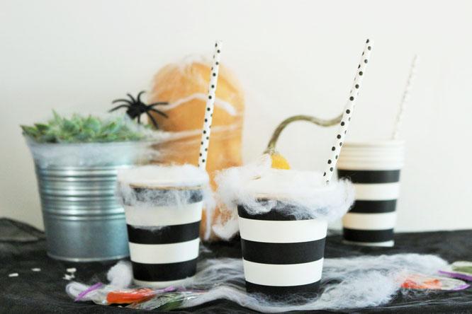 Bild: Eine schnelle Halloween DIY last-minute Idee, um Halloween Süßigkeiten zu verpacken - als Cocktail mit Watte im Pappbecher. Noch mehr Halloween Party Deko Ideen zum Feiern gibt's auf www.partystories.de