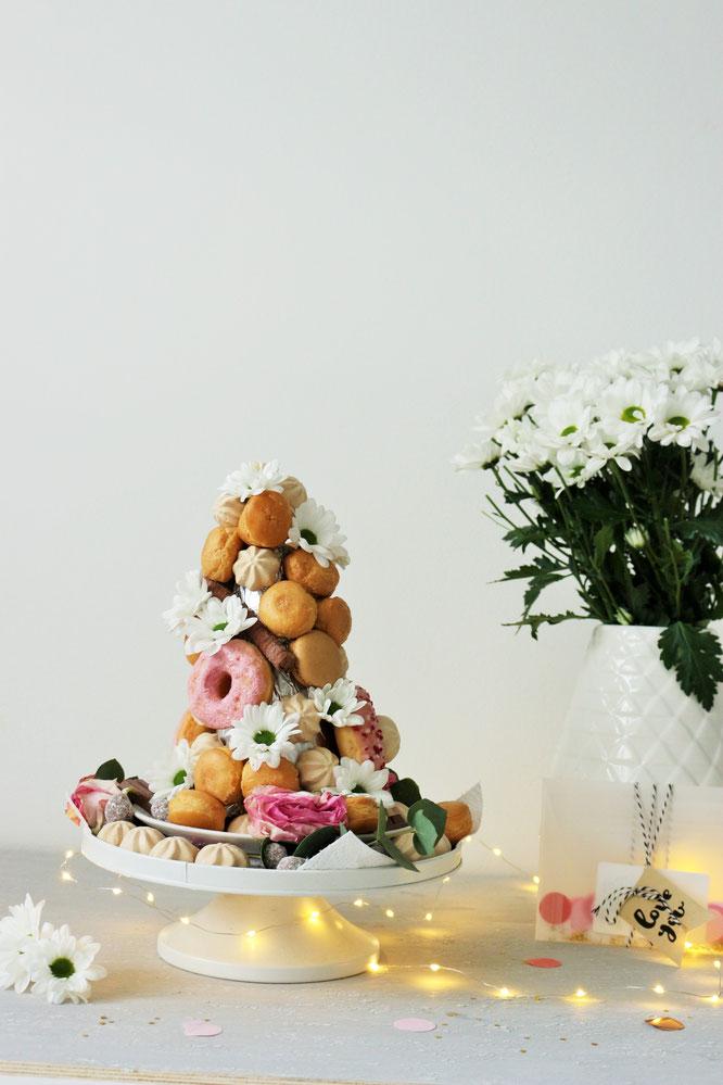 Bild: Croquembouche Rezept Alternative – so einfach eine Windbeutel-Pyramide für den Sweettable oder die Candybar einer Hochzeit oder Party umsetzen; Schritt-für-Schritt Anleitung vom DIY Deko Blog www.partystories.de // #croquembouche #windbeutelpyramide