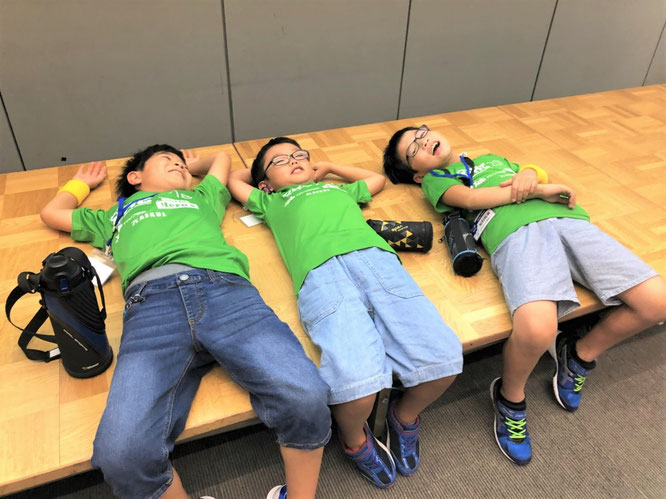 SmileYellow 3人で寝転んでいる写真