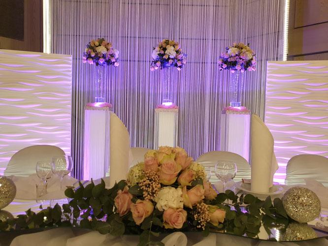 ein Highlight jeder Hochzeit: der Brautpaartisch-Hintergrund mit LED-Beleuchtung
