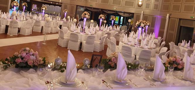 der Brautpaartisch ist ein Ehrenplatz für das Brautpaar, farblich abgestimmt mit den Gästetischen