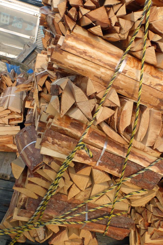 その後もひみこ窯へ飛んで 薪屋さんが運んでくださった薪を固定