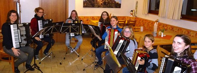 Heidrun Harer und ihre Akkordeonschüler