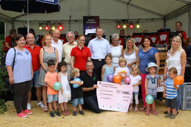 Spendenübergabe des Boihinger Konzerts beim Dorffest.