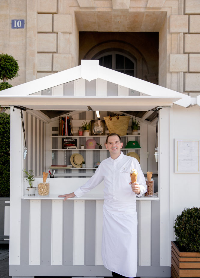 Matthieu Carlin, Chef Pâtissier, propose ses créations gourmandes et fraîches tout l'été à l'Hôtel de Crillon