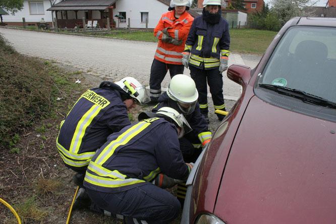 Thorsten erklärt das richtige Unterbauen am Fahrzeug