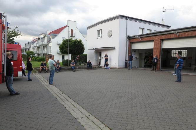 Ortsbrandmeister Nils Marahrens unterwies die Kameraden unter eingehaltendem Mindesabstand