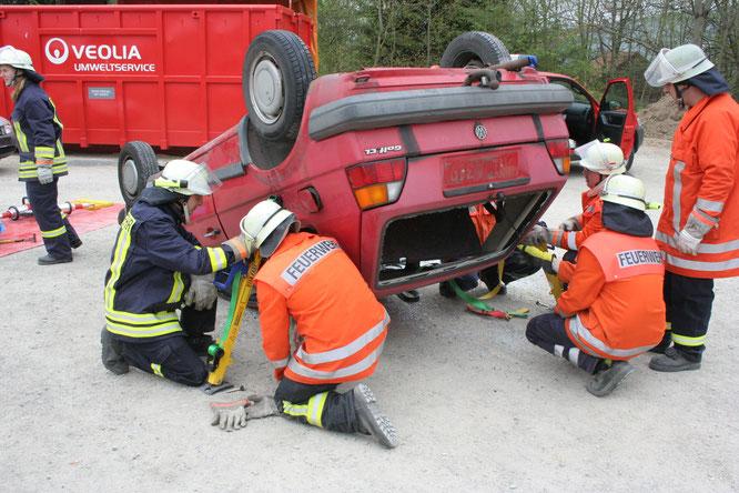 Die Kameraden stabilisieren das Fahrzeug mit dem StabFast System