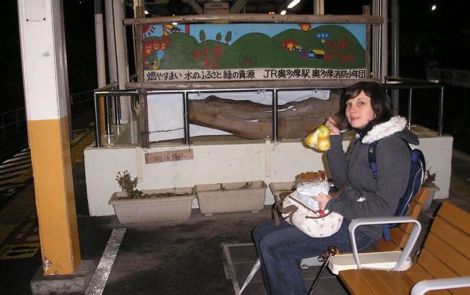 """Petit """"goûter"""" sur les quais de Ōme en attendant notre correspondance"""
